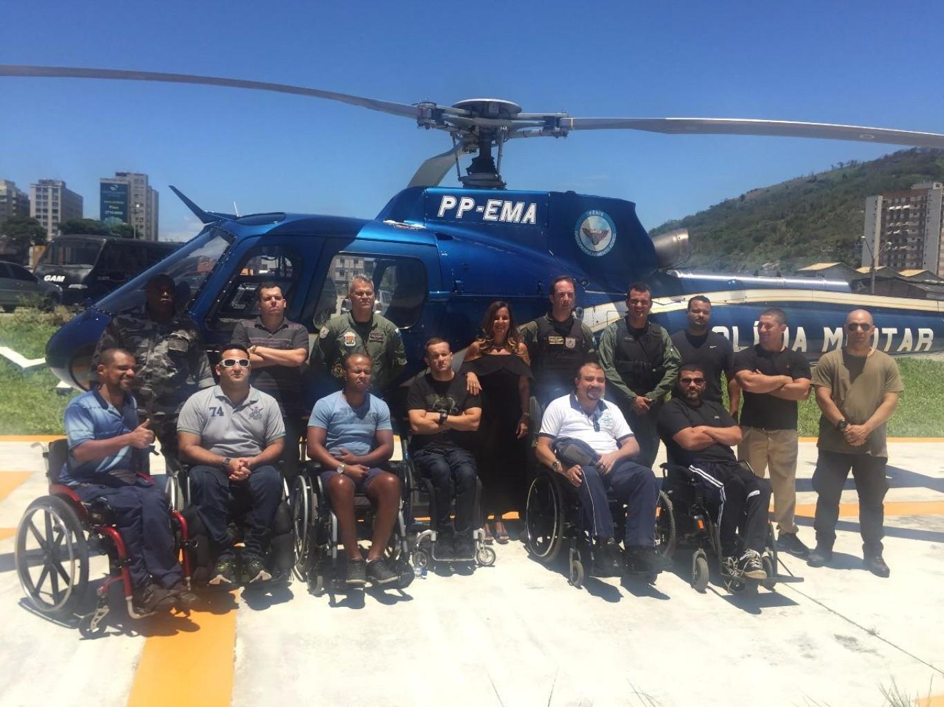 Policiais com necessidades especiais visitam o GAM e realizam passeio de aeronave
