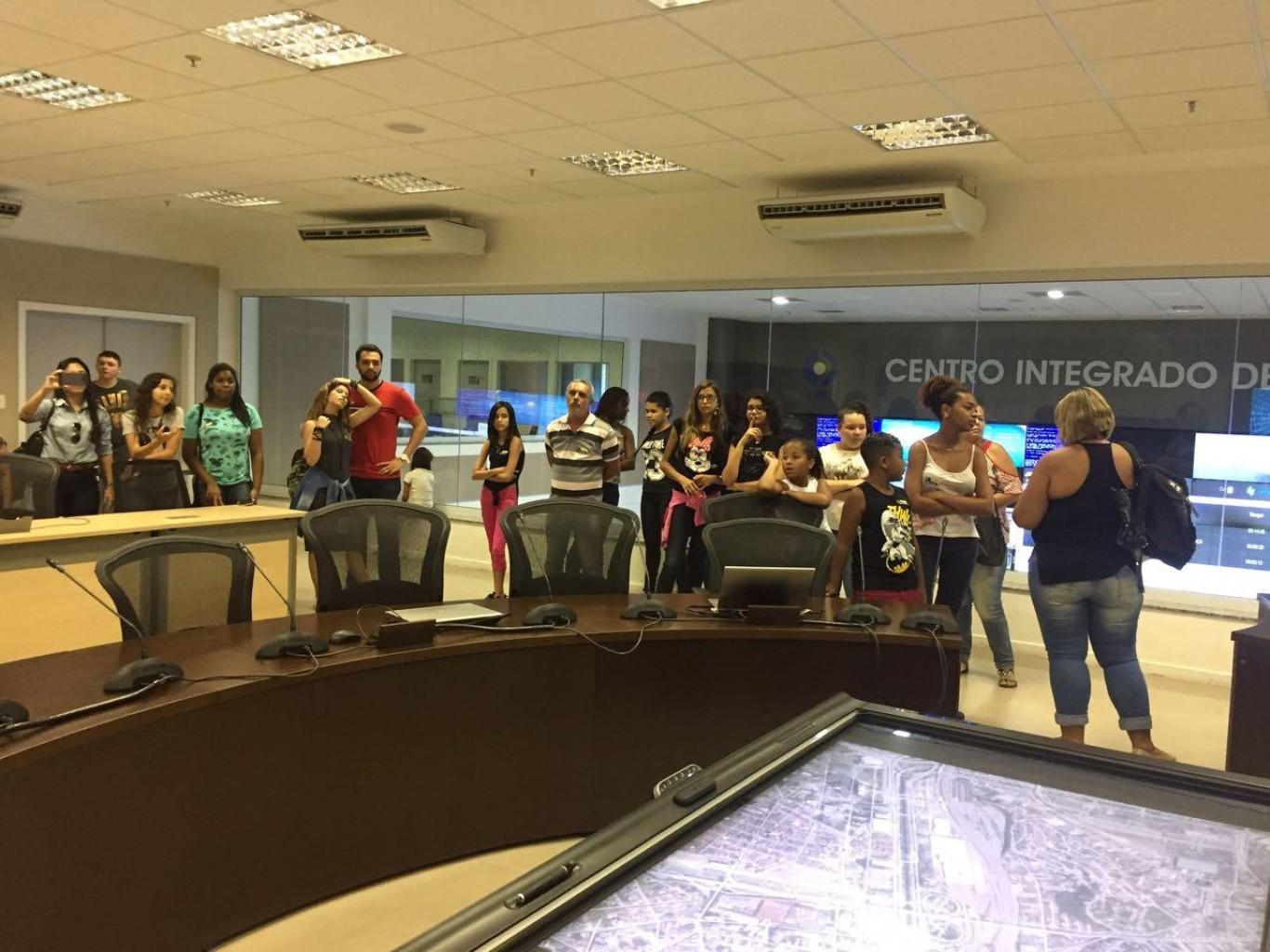 Crianças e adolescentes do projeto Meus Pais, Meus Heróis visitam o CICC
