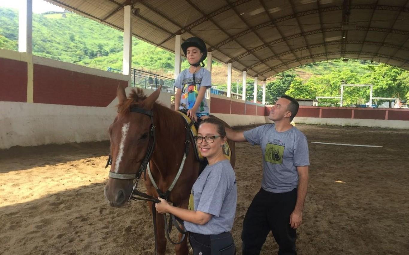 Visita ao Regimento de Cavalaria encanta filhos de policiais