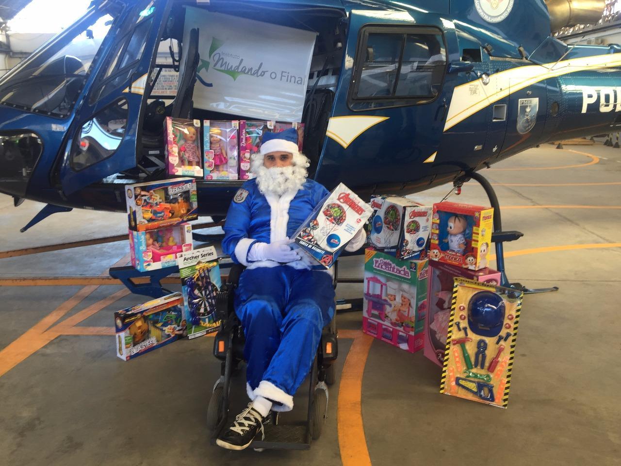 De rena ou de rodas Papai Noel sempre chega em boa hora